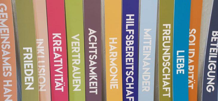 Es ist vollbracht. Das Treppenhaus im Bürgerzentrum Holschentor erstrahlt im neuen Glanz!  50 Stufen, 50 Begriffe. Die Nutzer*innen des Holschentores konnten ihre Begriffe an der Treppe verewigen, die für sie etwas Positives ausdrücken und ihnen als Werte am Herzen liegen.